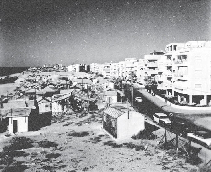 מחנה פליטים על חוף הים | מבט מדרום על שכונת מחלול - היום כיכר אתרים וחוף גורדון, צילום: וילי פולנדר