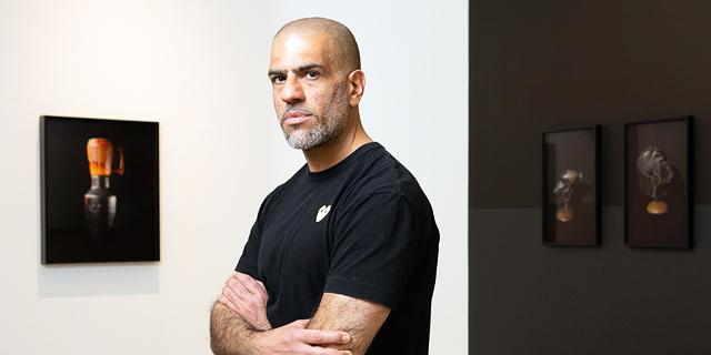 עובד בשחור: בתערוכה חדשה בוחן הצלם דוד עדיקא את היחס לכהי עור
