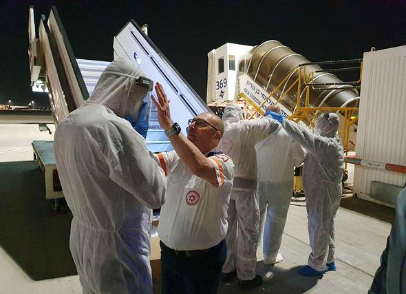 """צוות מד""""א ליד מטוס קוריאן אייר מתכונן להורדת נוסעים, צילום: דוברות מד""""א"""