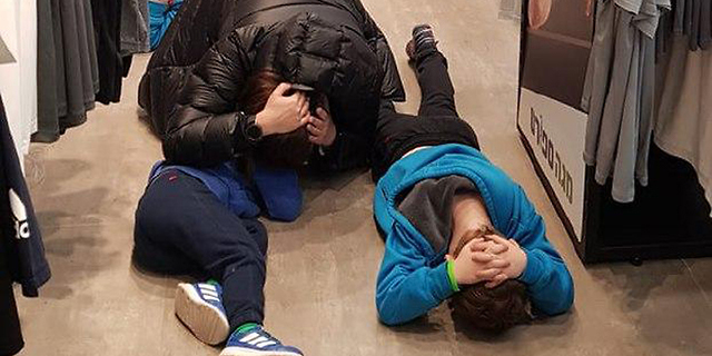 תושבים באשקלון שוכבים על הרצפה בזמן אזעקה (ארכיון), צילום: אלכס בורטמן