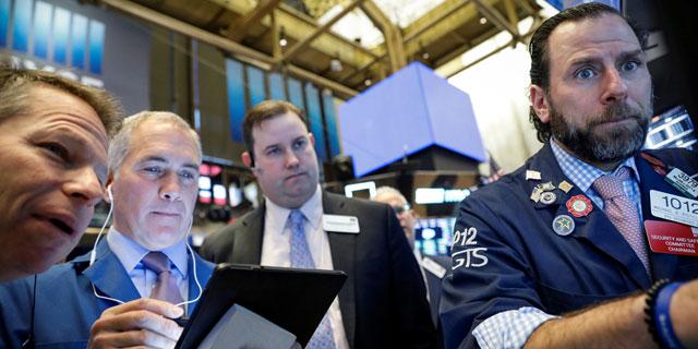 """נעילה של יום סוער בניו יורק: הנפט צלל, תשואות האג""""ח קרסו, מניות הבנקים צנחו"""