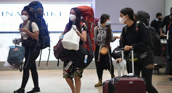 נוסעות במסכות פנים בנמל התעופה בן גוריון