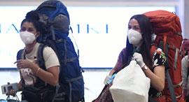נוסעות במסכות פנים בנמל התעופה בן גוריון, צילום: יאיר שגיא