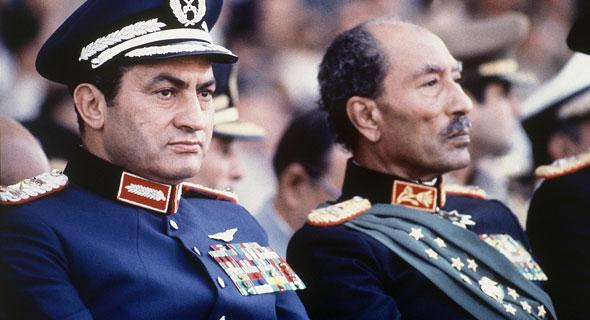 אנואר סאדאת וחוסני מובארק כמה דקות לפני הירצחו של סאדאת, 6 באוקטובר 1981, צילום: AP