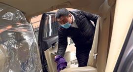 נהג של דידי בבייג'ינג מחטא את רכבו, צילום: רויטרס