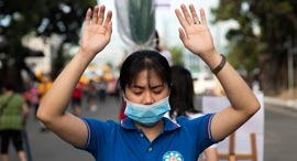 וירוס קורונה אישה במסכה פיליפינים, צילום: איי פי