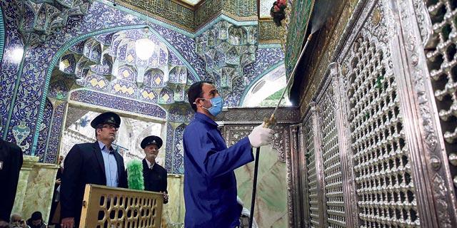 וירוס קורונה חיטוי מסגד פטימה מסומה בעיר קום איראן, צילום: איי אף פי
