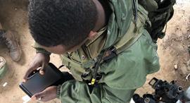 חייל עם טאבלט