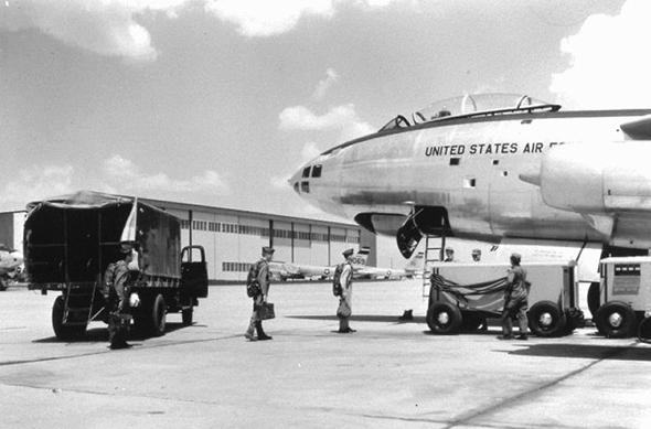 טייסים עולים למטוס B47. האם ינחתו בשלום?, צילום: FAS