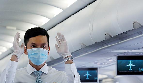 דייל חובש מסכה בזמן טיסה, צילום: רויטרס