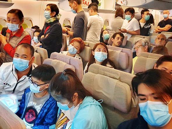 חובשים מסכות בטיסה, צילום: איי אף פי