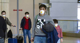 """קורונה וירוס ישראלים נוחתים ב נתב""""ג עם מסכות, צילום: עידו ארז"""