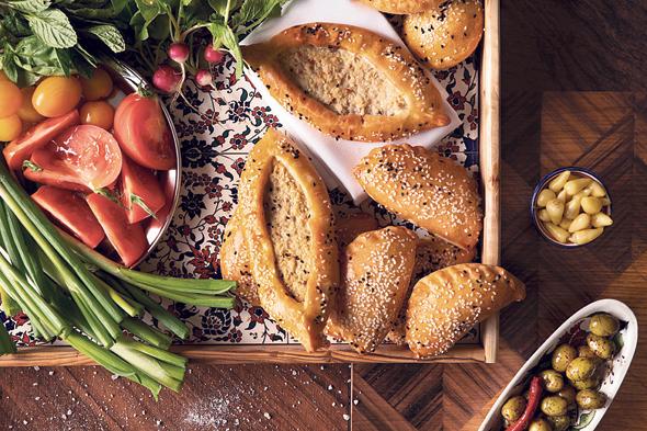 """ארוחה ארמנית ב""""02"""". קצת כמו מה שאנחנו מכירים, אבל עם טעם אחר, צילום: נועם פריסמן"""