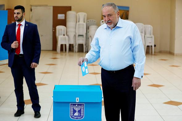 """אביגדור ליברמן יו""""ר ישראל ביתנו מצביעה בחירות 2020, צילום: רויטרס"""