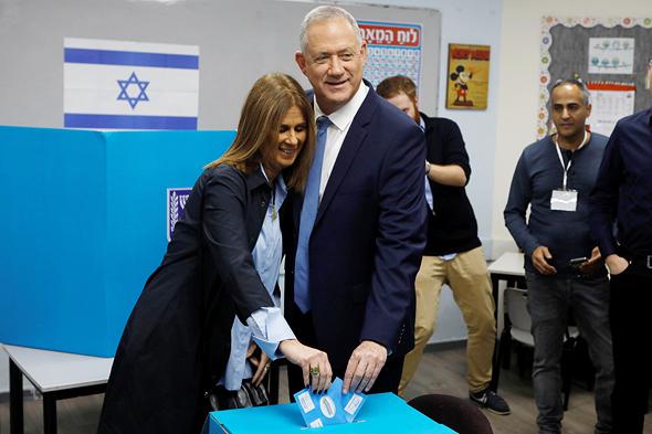 """בני גנץ יו""""ר כחול לבן ואשתו מצביעים בחירות 2020, צילום: רויטרס"""