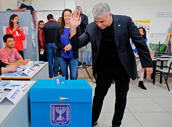 יאיר לפיד כחול לבן מצביעה בחירות 2020, צילום: איי אף פי
