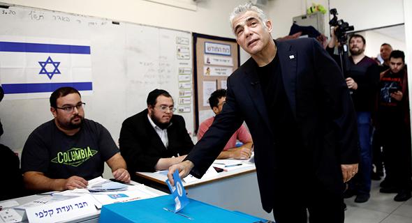 בחירות 2020 יאיר לפיד כחול לבן מצביעה, צילום: רויטרס