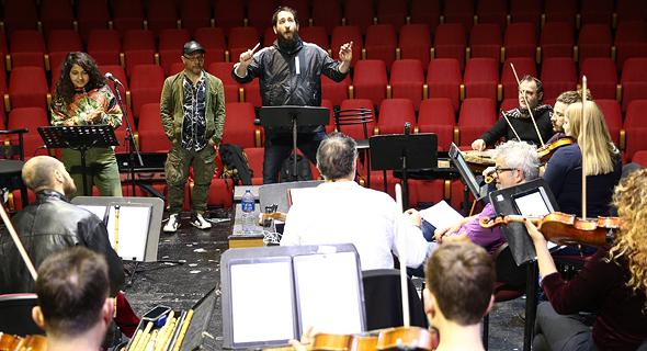 המנצח תום כהן, קובי אוז ודניאל סאן קריאף בחזרות עם תזמורת מזרח־מערב. להכניס אלגנטיות של פעם