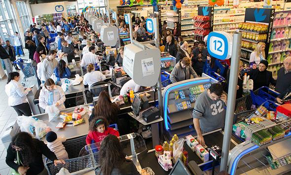 """תורים בסופרמרקט. """"הצרכנים ממהרים להצטייד מחשש למחסור מקומי"""", מדווחים ברשתות"""