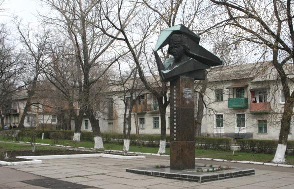 אנדרטת לידיה ליטביאק מול בית ספר שנושא את שמה