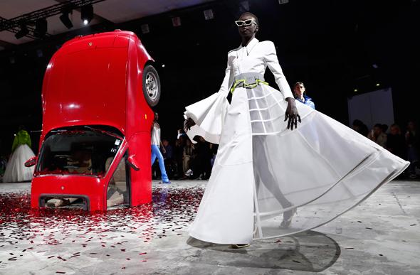 מתוך תצוגת אופנה של מותג אוף ווייט