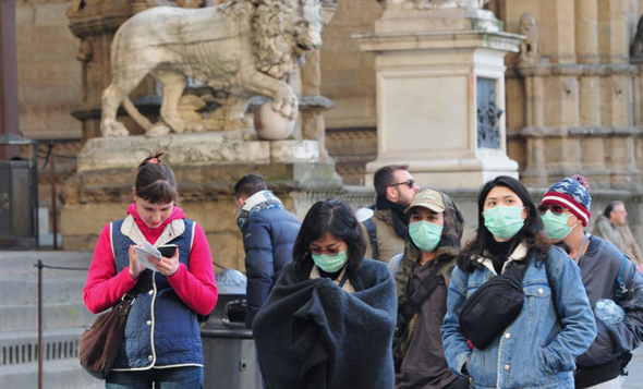 בהלת הקורונה. תיירים עם מסכות בפירנצה, איטליה