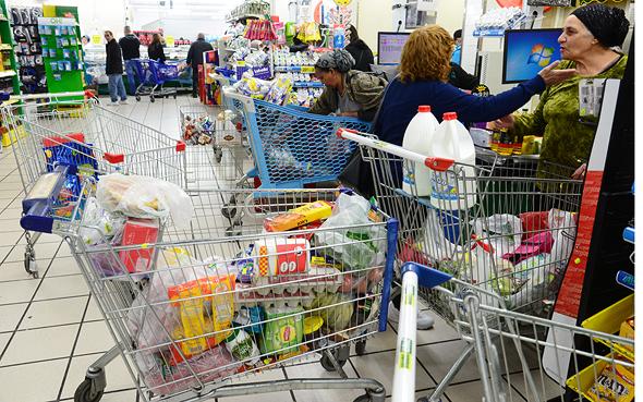 צרכנים בקניות יום שישי. המדפים מתרוקנים