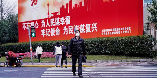 אדם עם מסכה בשנגחאי, סין, צילום: רויטרס