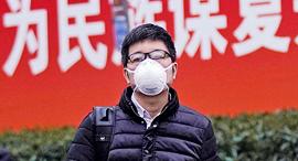 אדם עם מסכה ב שנגחאי סין קורונה, צילום: רויטרס