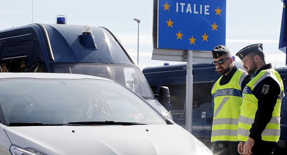שוטרים צרפתיים מונעים כניסת מכוניות למדינה. 300 מיליארד יורו לעסקים , צילום: רויטרס