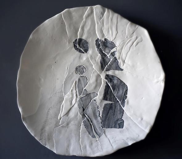 """איריס נשר. """"ככל שעבדתי על היצירות החדשות, הן נהפכו לאבסטרקטיות. בהתחלה ציירתי עליהם דמות של אמא ובן, ואז הדימוי התחיל ממש להיקרע"""", צילום: איריס נשר"""