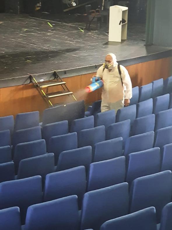 עבודת חיטוי מושבים בתיאטרון הצפון בשל הקורונה, צילום: תיאטרון הצפון
