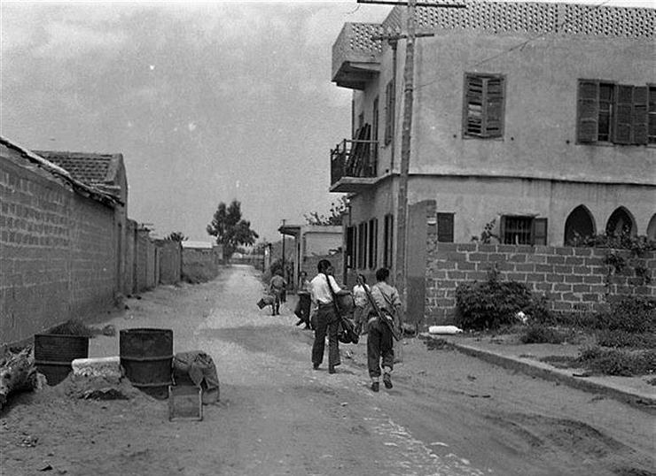 חיילים מתהלכים בכפר הנטוש לאחר כיבושו, צילום: אוסף גולדמן