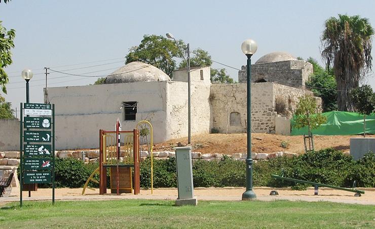 על בית העלמין הערבי ששכן במקום הקימו את הקן הציבורי של כפר שלם של היום