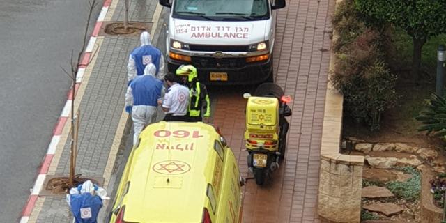 """צוות של מד""""א מפנה חולה בקורונה בנס ציונה"""
