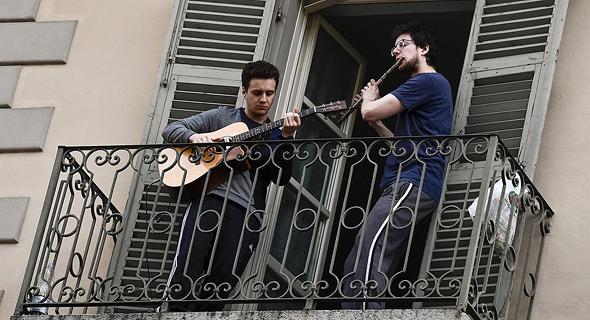 שרים במרפסת בטורינו