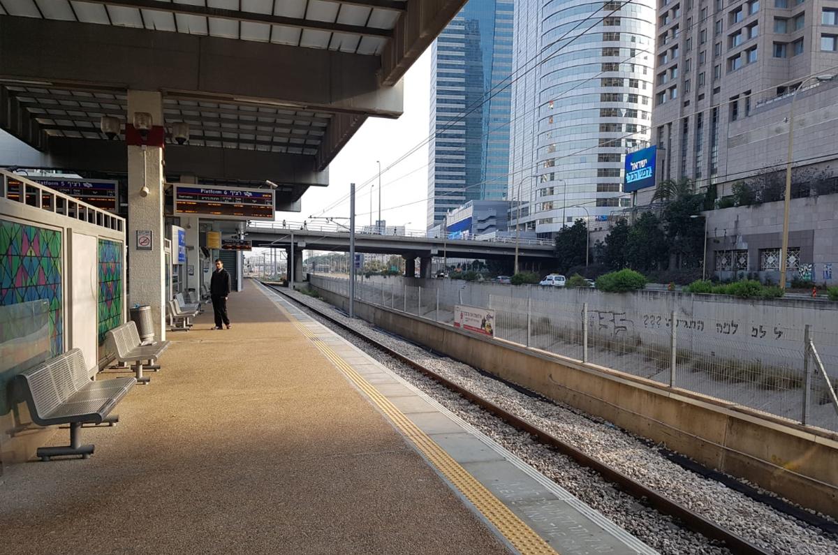 תחנת רכבת שוממת בזמן הקורונה