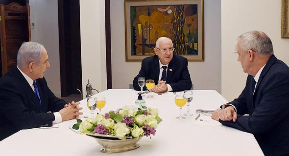 הנשיא ראובן ריבלין (במרכז). מנסה לחבר בין גנץ לנתניהו