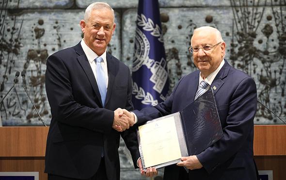 """בני גנץ יו""""ר כחול לבן מקבל את המנדט מ נשיא המדינה ראובן רבלין, צילום: אי פי איי"""