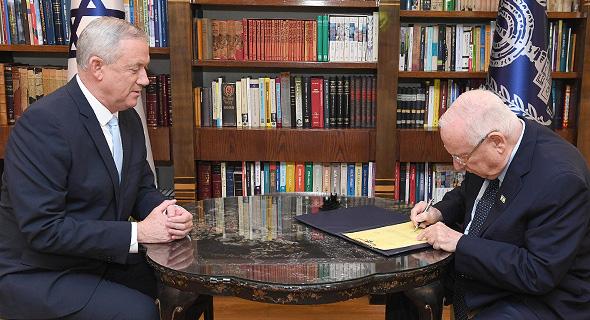 """בני גנץ מקבל את המנדט מהנשיא ראובן ריבלין , צילום: מארק ניימן/ לע""""מ"""