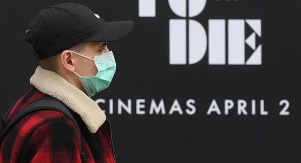 אדם פוסע  לונדון השבוע לפני כרזת הסרט החדש של ג'יימס בונד  אדם פוסע ב לונדון השבוע לפני כרזת ה סרט חדש של ג'יימס בונד