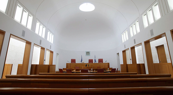 אולם דיונים בבית המשפט עליון. רשימה של מניעויות לכל השופטים