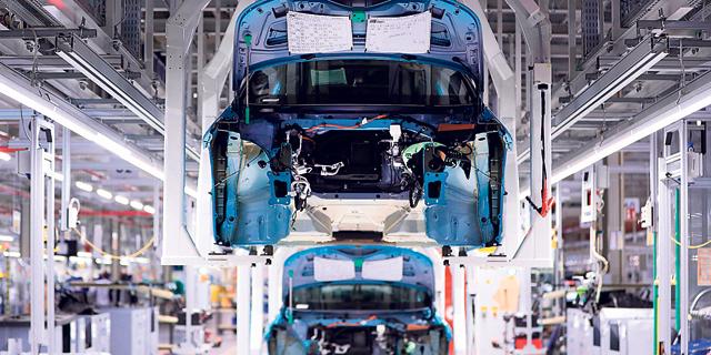 """יצרני הרכב הגדולים בארה""""ב ואירופה חוזרים לפעילות חלקית"""