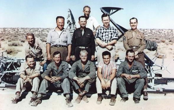 צוותו של סטאפ, מאחוריהם המזחלת. מי היה אחראי למחדל?, צילום: USAF