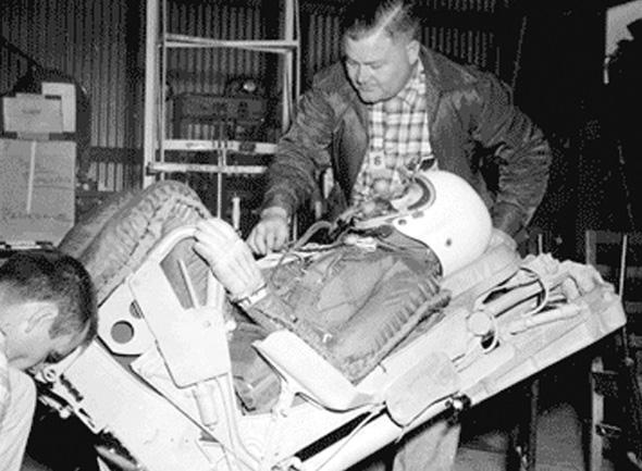 אד מרפי בודק כיסא טייס במהלך ניסוי, צילום: daytoninnovationlegacy