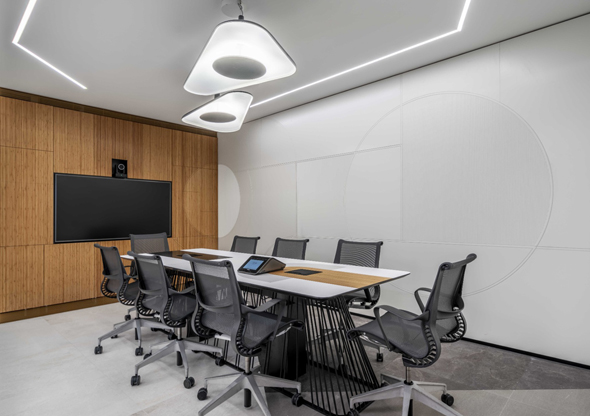 """חדר הישיבות במתחם המשרדים של WeBiz. """"מרגיש כמו בית""""  , צילום: יואב פלד"""