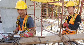 עובדי בנייה סינים פועלי בניין אתר בנייה, צילום: שאול גולן