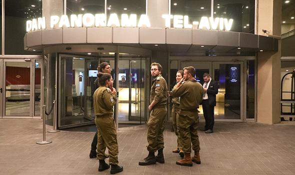 חיילים של פיקוד העורף ליד מלון דן פנורמה בתל אביב, צילום: שאול גולן