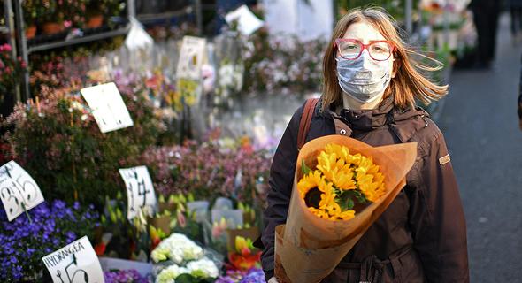 אישה בשוק פרחים במזרח לונדון, אתמול