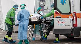 פינוי חולה באיטליה, צילום: גטי אימג'ס